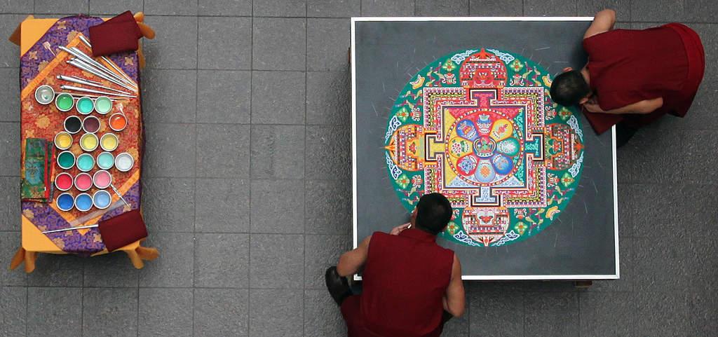 آشنایی با ماندالا (هنر نقاشی تبتی با ماسه)