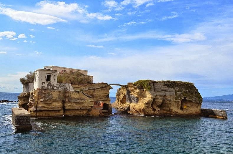 جزیره نفرین شده Gaiola در نزدیکی ناپل ایتالیا