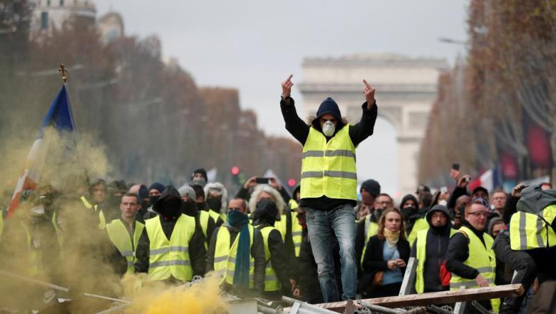 خشم دولت فرانسه از شعار خودکشی کنید جلیقه زردها خطاب به پلیس