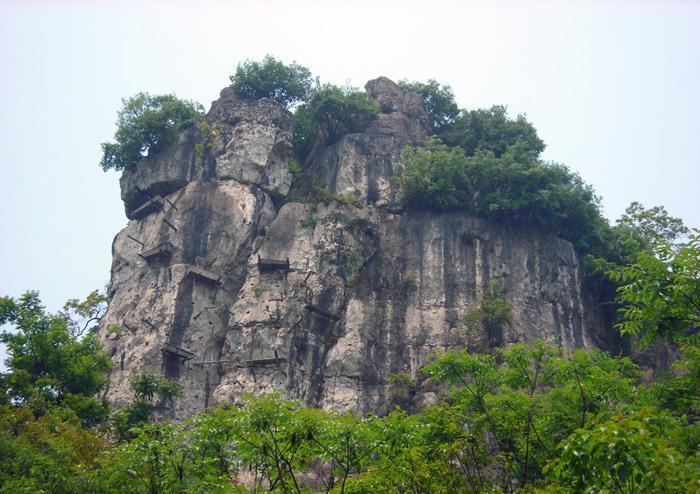مرده های آویزان از کوه های چین و فیلیپین!