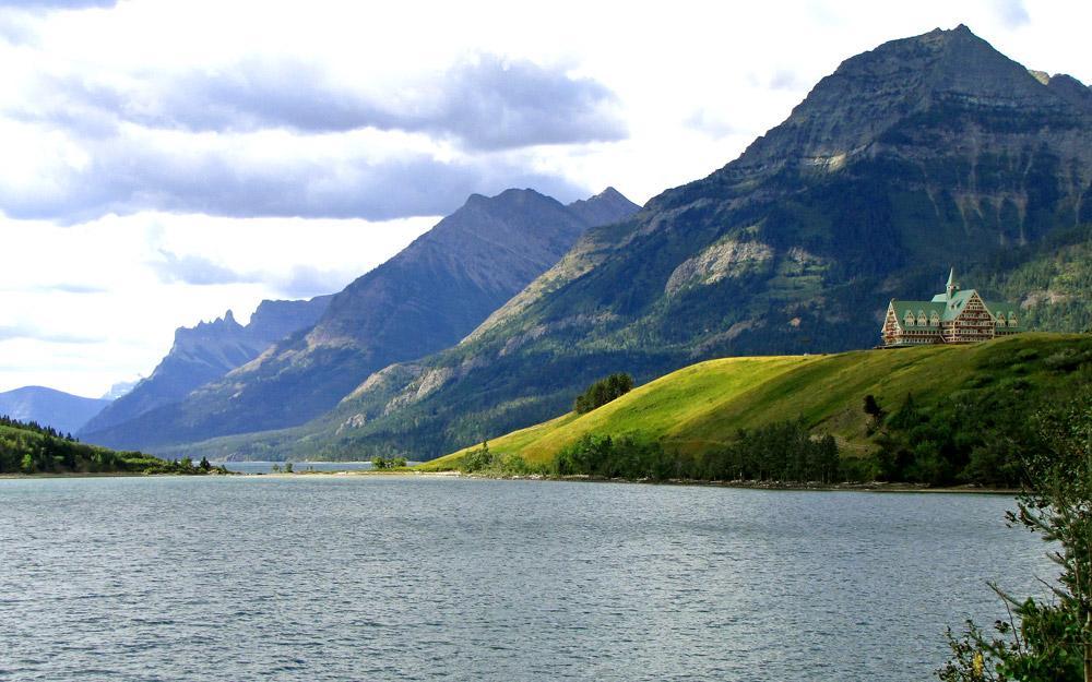 دریاچه ای شگفت انگیز در کوهستان های کانادا