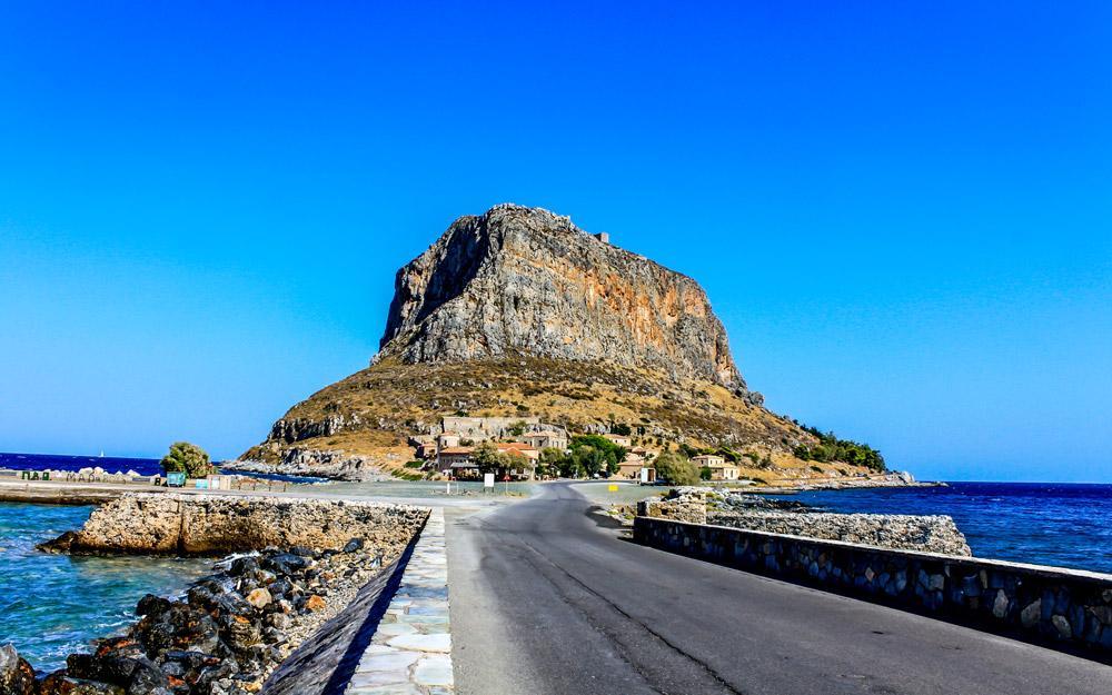 مونمواسیا، شهری تاریخی در جزیره ای صخره ای در یونان