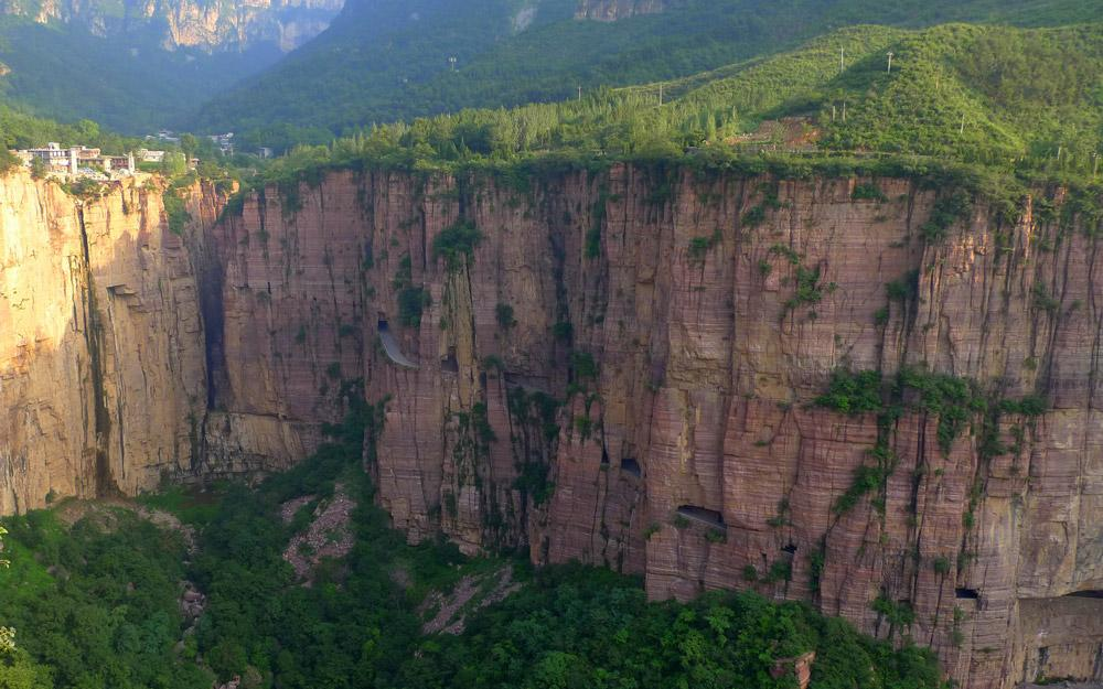 یک ماشین سواری خاطره انگیز در تونل Guoliang چین
