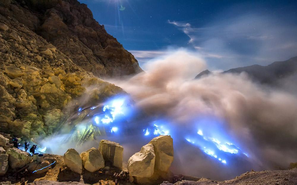 شعله های آبی آتشفشان ایجن در اندونزی